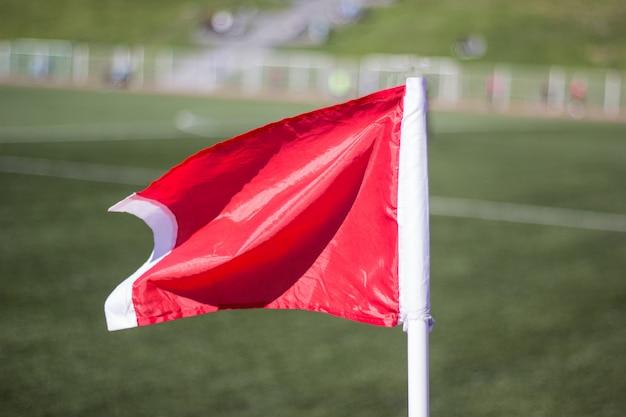 緑色の草サッカーフィールド、コーナーフラッグクローズアップ