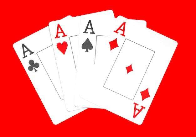 トランプの火かき棒のカジノ、赤の背景、エースに分離されたの組み合わせ