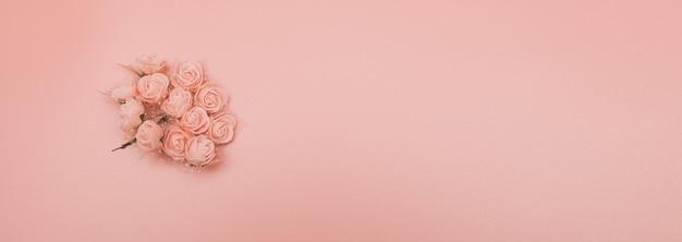 花の組成ピンクの背景にピンクの花で作られたパターン。