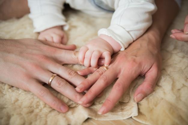 小さな赤ちゃんの手