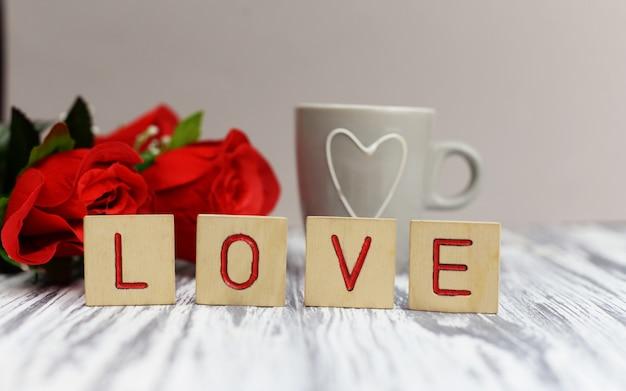 木製の手紙レタリングテキスト愛の赤い花