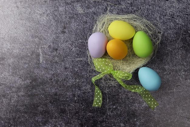 イースターの休日のための美しい卵をバナーします。