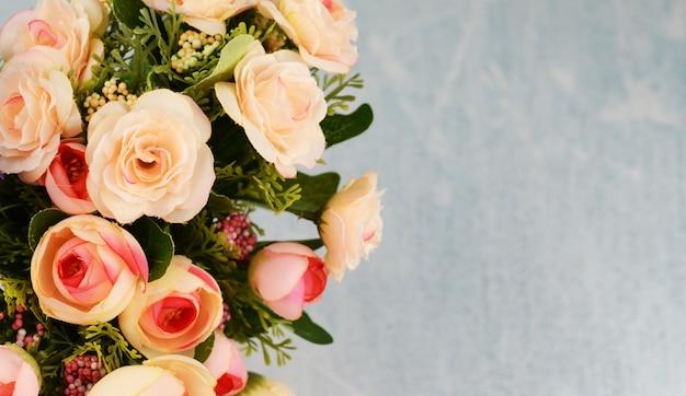 母の日の春と夏の明るい背景にピンクのバラの花と花束