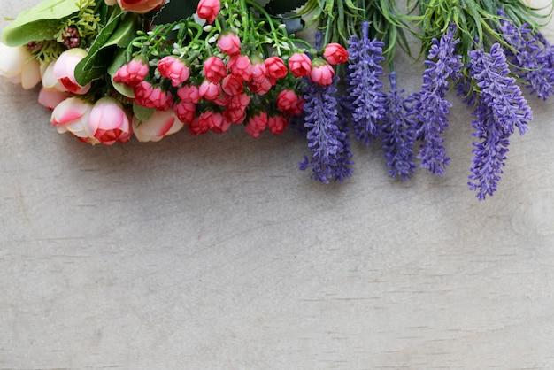 バラとラベンダーの花との国境バナー