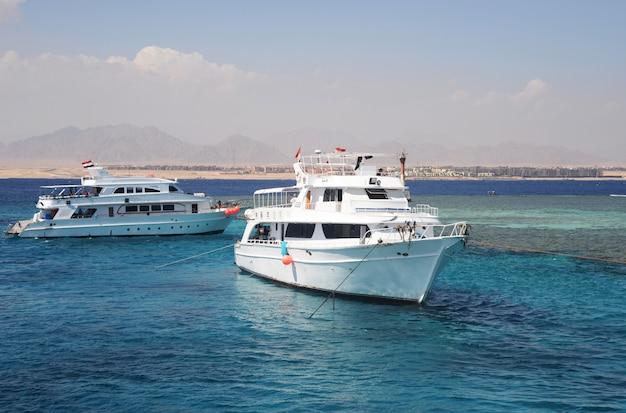 エジプトのヨット船の白い海赤