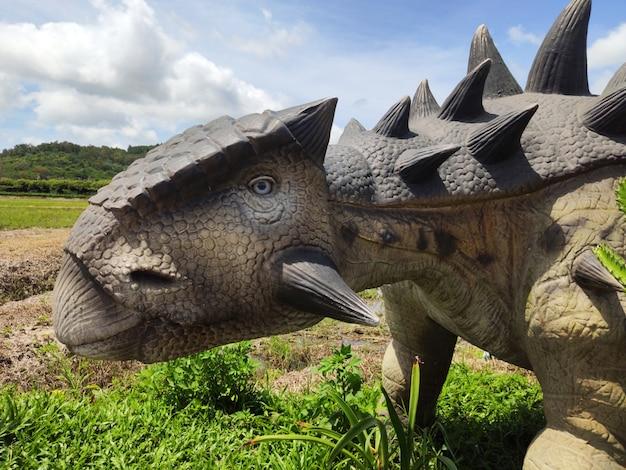 恐竜の歴史的彫刻のある博物館