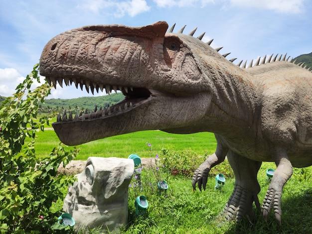 野外での恐竜の歴史的彫刻