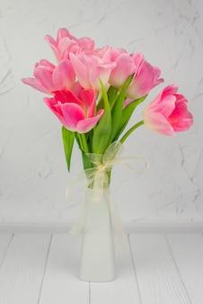 春休みの白い花瓶の美しいチューリップ