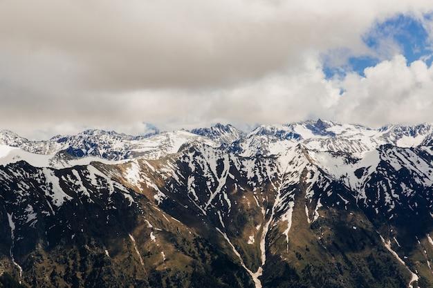 雪山。山と青い空の美しい風景