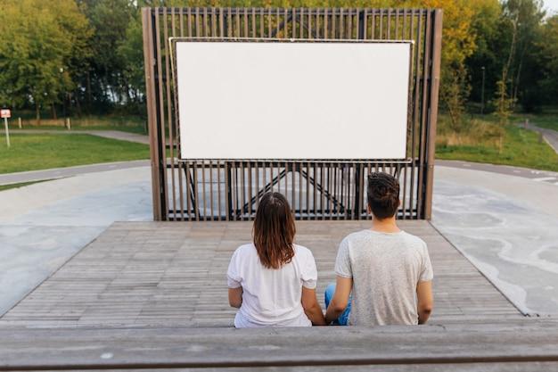 野外映画の公園の男と女