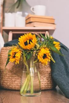 部屋の床に花瓶の黄色いひまわり