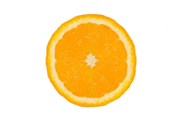 Оранжевый плод на белом фоне. апельсин изолированный на белизне. половина апельсина. кусок