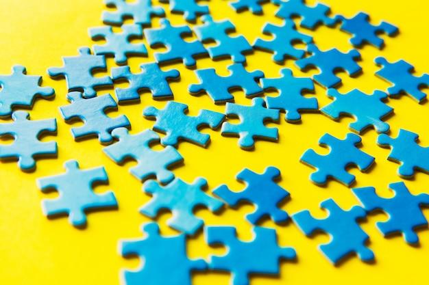 Синяя мозаика на желтом фоне, деловые связи, успех и концепция стратегии, работа в команде
