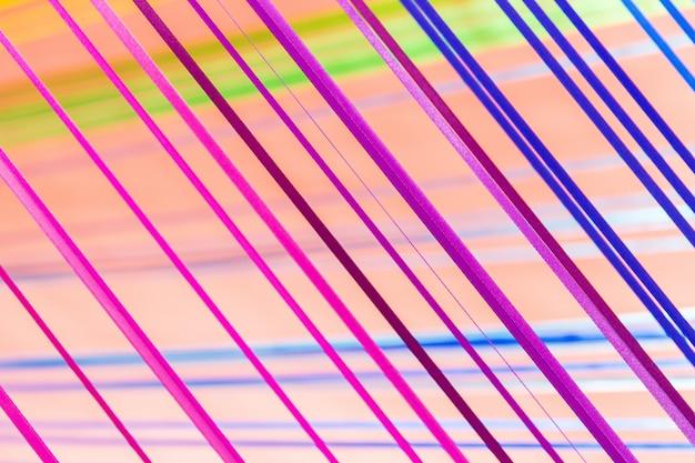ピンクの背景に青と紫色の繊維ライン。部屋のインテリアの創造的な詳細