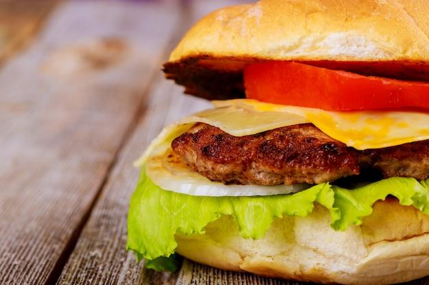 木製のテーブル上のおいしい新鮮な自家製のハンバーガー