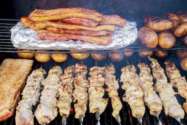 シャシリクの炭火焼きバーベキューグリルの準備。シャシリクまたはシシカバブ