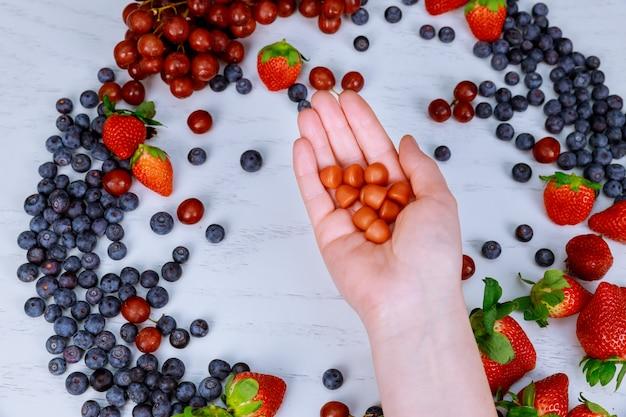 カラフルな新鮮な果物や薬あなたの選択をしなさい。健康的なライフスタイルのコンセプトです。上面図。