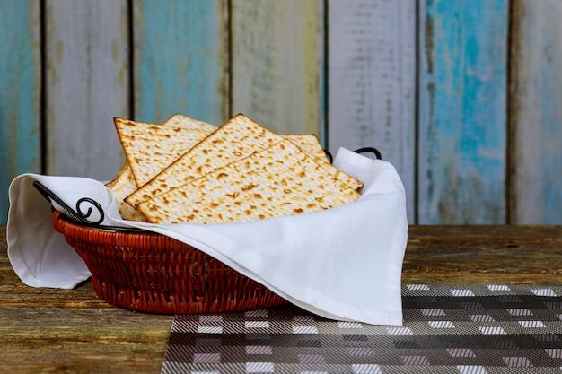 ユダヤ人のすばらしい休日の過越祭の象徴。伝統的なマッツォ、マッツァ、またはマッツォ
