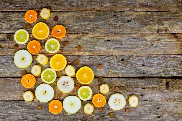 柑橘系の果物、オレンジ、ライム、ジューシーなフルーツの背景をスライス