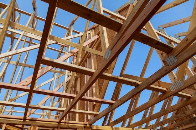 Деревянный каркас здания на многоквартирной стройке