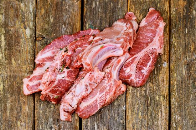 Свежее и сырое мясо. ребрышки и свиные отбивные сырые, необрезанные готовые гриль и шашлык