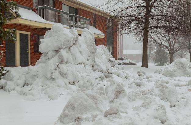 常緑樹と降雪の赤い家