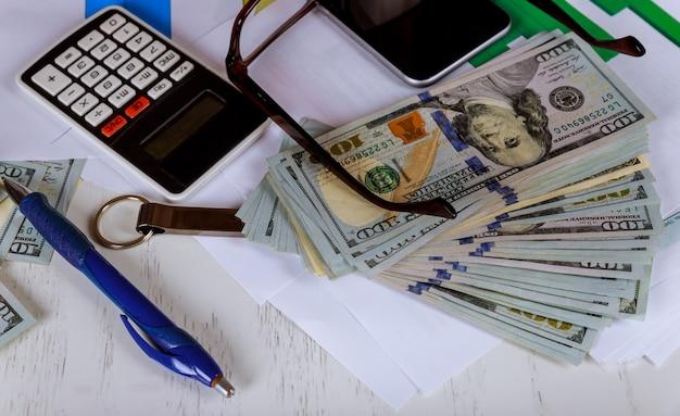 ドル紙幣、ドル紙幣、ペン、ビジネスチャート、眼鏡
