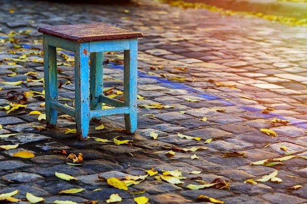 道路上の落ち着きのない椅子