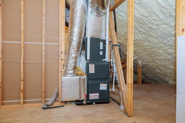 暖房のクローズアップのパイプシステムの屋根の上に暖房システムを設置
