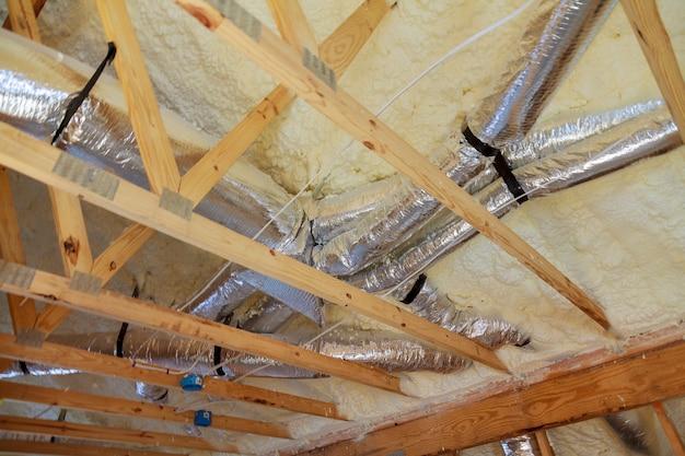 パイプの屋根に暖房システムを設置した新築住宅
