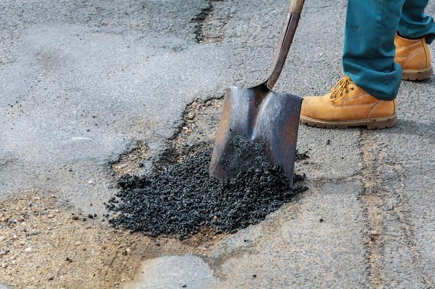 道路建設。新しいアスファルトコンクリート、コンクリート縁石、オレンジの安全性
