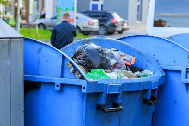 唇を開いて通りの側のゴミ箱