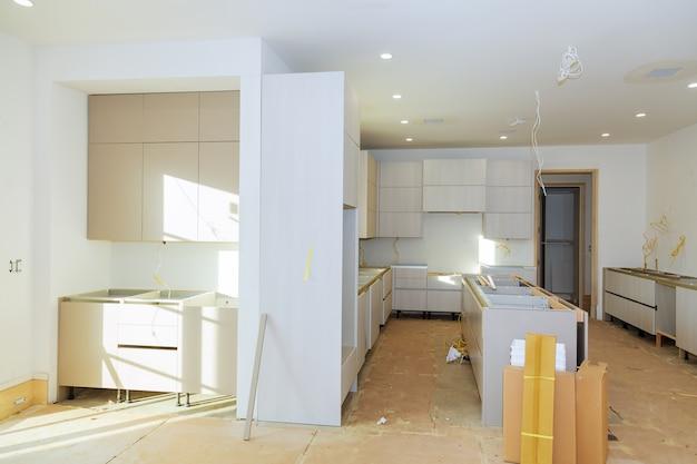 キッチンキャビネット内にキッチン組立棚を設置