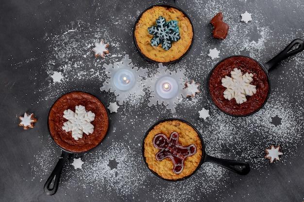 黒の背景にクリスマスと新年のクッキーのビスケット。