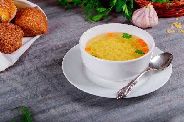 チキンスープとテーブルのクローズアップの食材。水平、素朴なスタイル