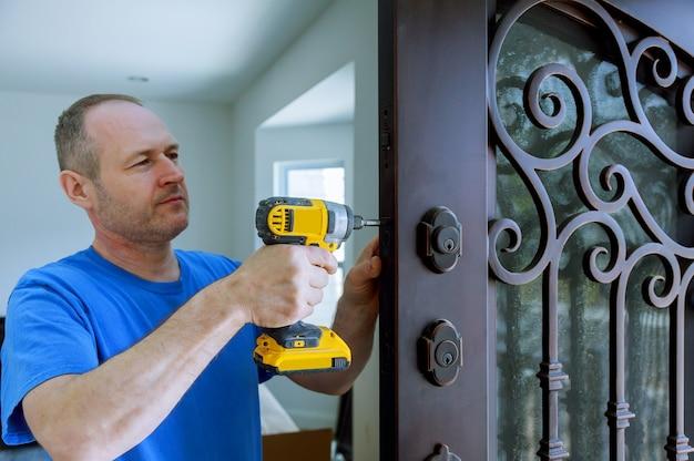 ドリルドライバーを使用してドアの葉のロックとインテリアのインストール