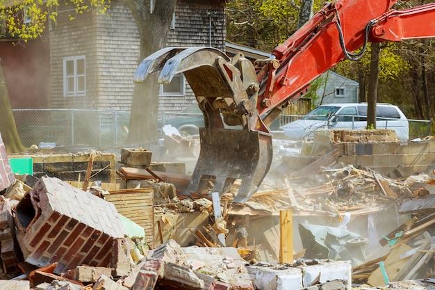 Снос старого дома. для нового строительного проекта.