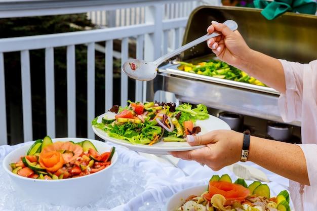 ギリシャ風野菜サラダのトップビュー新鮮な健康的な春のサラダボウル