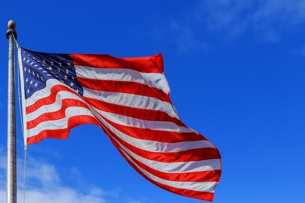 Рифленый американский флаг в ветреный день красиво машущая звезда и полосатый