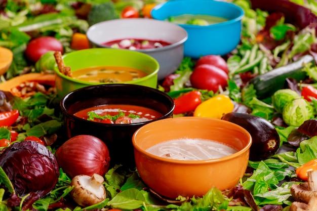 カラフルな野菜クリームスープやスープの食材の健康的な食事やベジタリアン料理の概念。