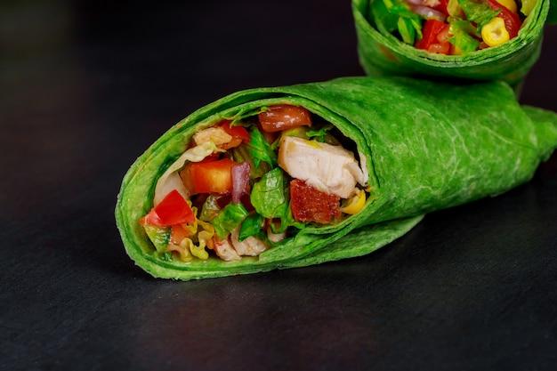ヘルシーなランチスナック新鮮な野菜を包むメキシコの屋台の食べ物ブリトーのスタック