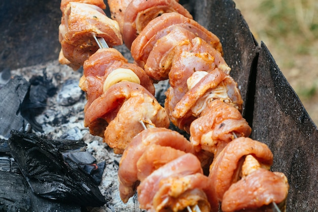 火、グリルまたはバーベキューピクニックのための木の燃え差しからの炎、