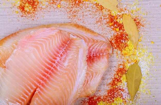 生の新鮮な魚の切り身ティラピアテーブルの調理用