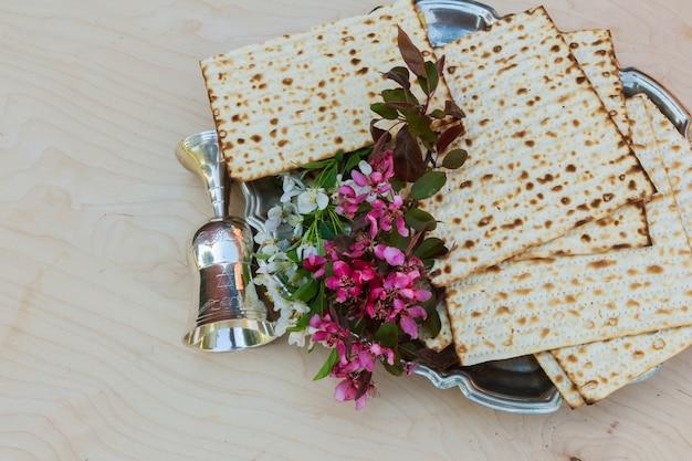 Песахская маца пасха с вином и еврейским пасхальным хлебом мацы