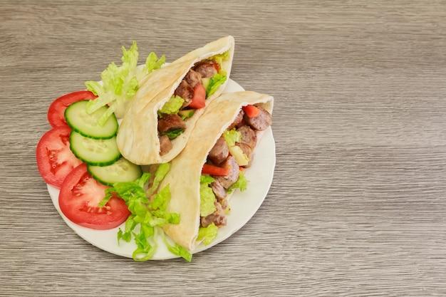 ファラフェルとピタパンの新鮮な野菜、木製