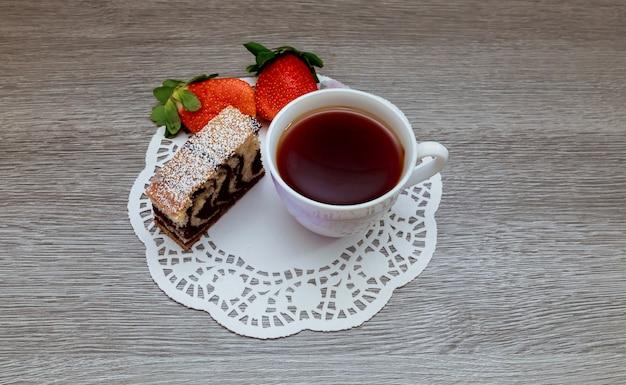 ストロベリーケーキと紅茶ラテ