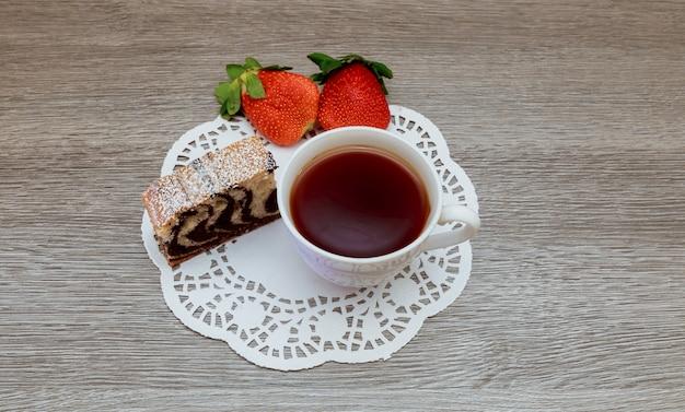 ストロベリーケーキとグリーンティーラテショートケーキオーガニック