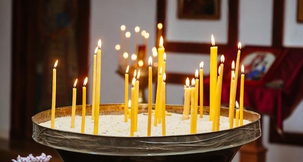 Церковный алтарь свечи церковная свадебная церемония крестины