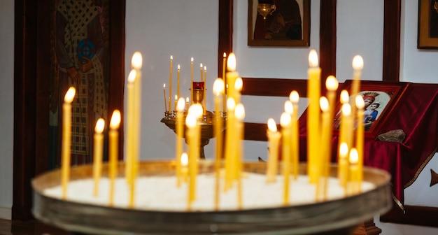 教会の祭壇のキャンドル教会の結婚式の洗礼式