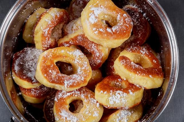 ボウルに砂糖と皿の上の自家製ベルリンドーナツ